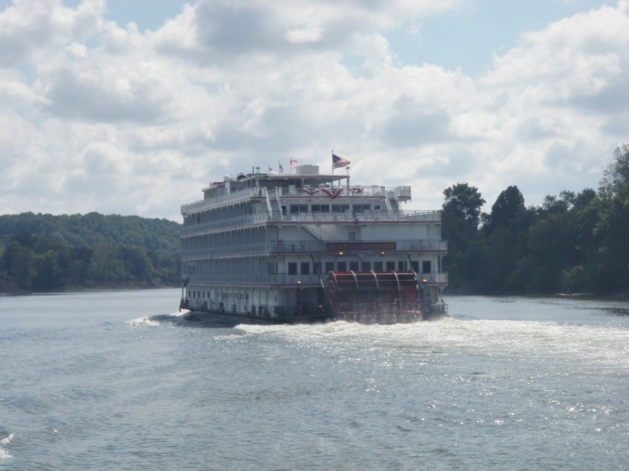 After seeing many tows, it was a interetsing change to be passed by one of the paddle wheel cruise ships which crusie these waters; this is the Queen of the Mississippi, heading up the Cumberland River towards Nashville.
